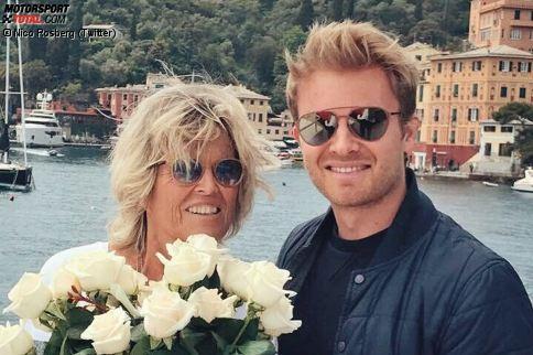 """Muttertag in der Formel 1! Und endlich hat """"Frührentner"""" Nico Rosberg einmal Zeit, seiner Mama Sina persönlich Blumen zu schenken. Übrigens soll Nico selbst zum zweiten Mal Papa werden, berichtet die 'Bild'-Zeitung. Er und Vivian wurden kürzlich vor dem Princess-Grace-Hospital in Monaco gesichtet."""