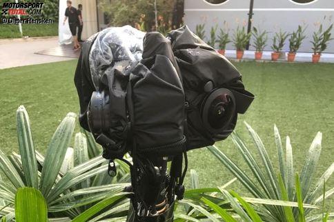 In Singapur wird 2017 der Grundstein für eine neue Ära der TV-Übertragungen gesetzt. Der Technologiepartner der Formel 1, Tata, testet erstmals zwei 360-Grad-Kameras, mit denen die Fans zu Hause künftig noch näher ans Geschehen rücken sollen. Eine von vielen spannenden Backstage-Geschichten ...