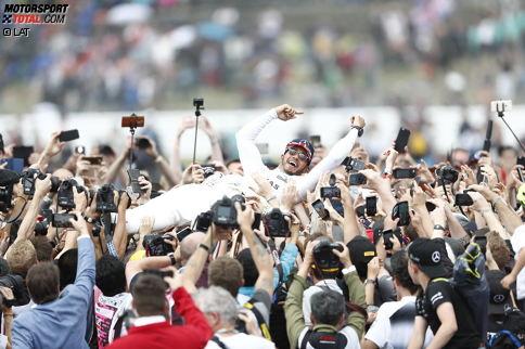 2008, 2014, 2015, 2016, 2017: Lewis Hamilton feiert seinen fünften Sieg in Silverstone, seinen vierten hintereinander, und zieht beim britischen Grand Prix mit UK-Legende Jim Clark gleich. Vergessen sind alle Diskussionen um seinen Party-Urlaub auf Mykonos. Wie er gewonnen hat? Jetzt durch die 16 besten Highlight-Fotos klicken!
