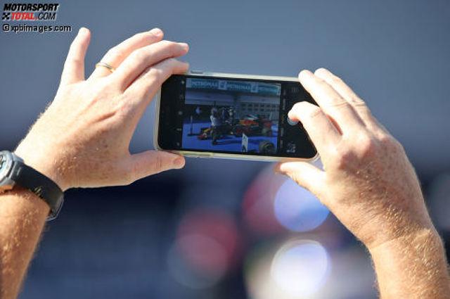Momente, die nicht nur auf dem Smartphone, sondern auch in den Rekordbüchern der Formel 1 festgehalten werden, könnte es auch in der Saison 2017 wieder geben. Gleich mehrere Bestmarken wanken - einige bedrohlicher als andere. Wir blicken auf mögliche Sternstunden und traurige Spitzenwerte voraus.