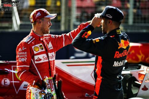 """Dabei fängt alles vielversprechend an: Trotz eines Mauerkusses fährt Vettel vor den beiden Red Bulls auf Pole. Der bislang schnellste Mann des Wochenendes, Daniel Ricciardo, wird Dritter. Und Niki Lauda sagt über Hamiltons fünften Platz: """"Da geht nix mehr."""" Aber Hamilton ahnt: """"Vettel hat Verstappen neben sich. Da kann alles passieren!"""""""