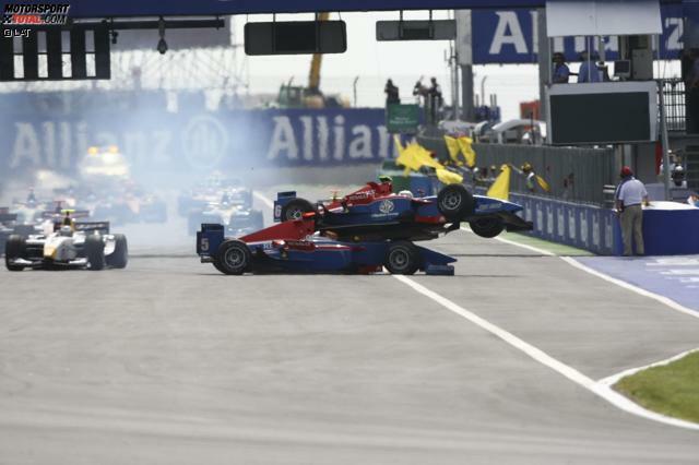 Es ist die wohl berühmteste, aber auch peinlichste Kollision der GP2-Geschichte. Die Teamkollegen Timo Glock und Andreas Zuber kollidieren 2007 in Magny-Cours am Start miteinander. Dabei stehen sie zusammen in der ersten Startreihe. Der Crash in Bildern: