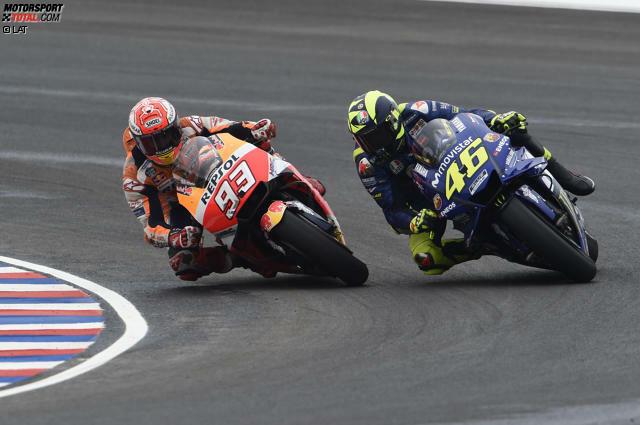 In der 19 Runde greift Marc Marquez Valentino Rossi beim Duell um Platz sechs an. In Kurve 13 probiert Marquez ein optimistisches Bremsmanöver, es kommt zur Berührung und die Geschichte nimmt ihren Lauf...