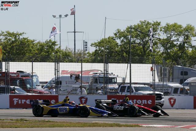 Attacke beim letzten Restart: Alexander Rossi (gelb-blaues Fahrzeug) bremst sich neben Robert Wickens (dunkelrot-schwarzer Bolide)