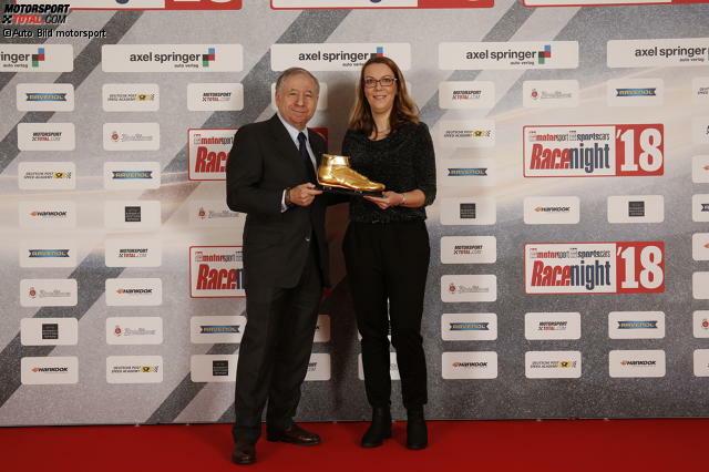 Stolzer Moment: FIA-Präsident Jean Todt hat den Goldenen Schuh für sein Lebenswerk aus den Händen von Bianca Garloff (Chefredakteurin Auto Bild motorsport) erhalten.