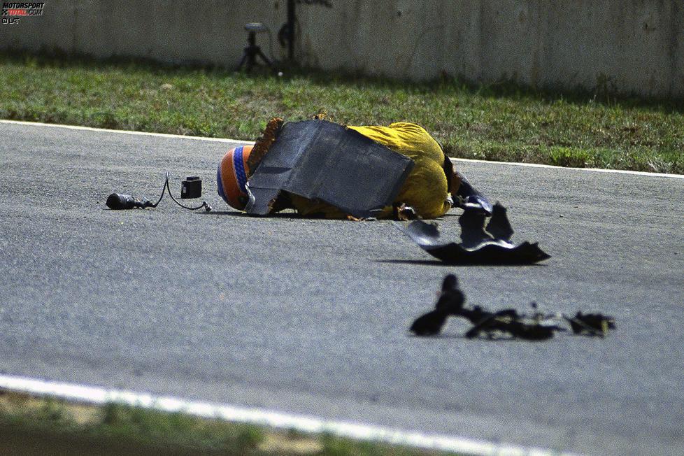 Ein Bild, das sich ins Gedächtnis vieler Formel-1-Fans einbrennt: Martin Donnelly wird 1990 bei seinem Horrorunfall im ersten Qualifying in Jerez aus dem Lotus geschleudert und liegt mitsamt dem Sitz völlig ungeschützt auf dem Asphalt. Jetzt durch weitere Bilder des Dramas klicken!