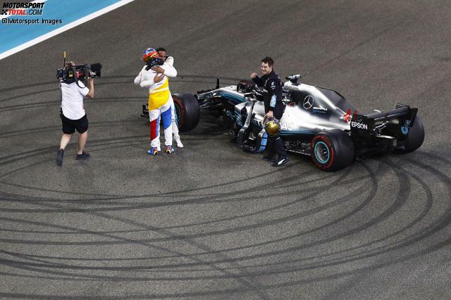 10: Alte Rivalen: Beim emotionalen Abschied in Abu Dhabi fallen einander Fernando Alonso und Lewis Hamilton in die Arme. Eine große Geste - vergessen die Konflikte vergangener Jahre. Alonso fährt 2018 hinterher. Dabei hat die Saison vielversprechend begonnen.