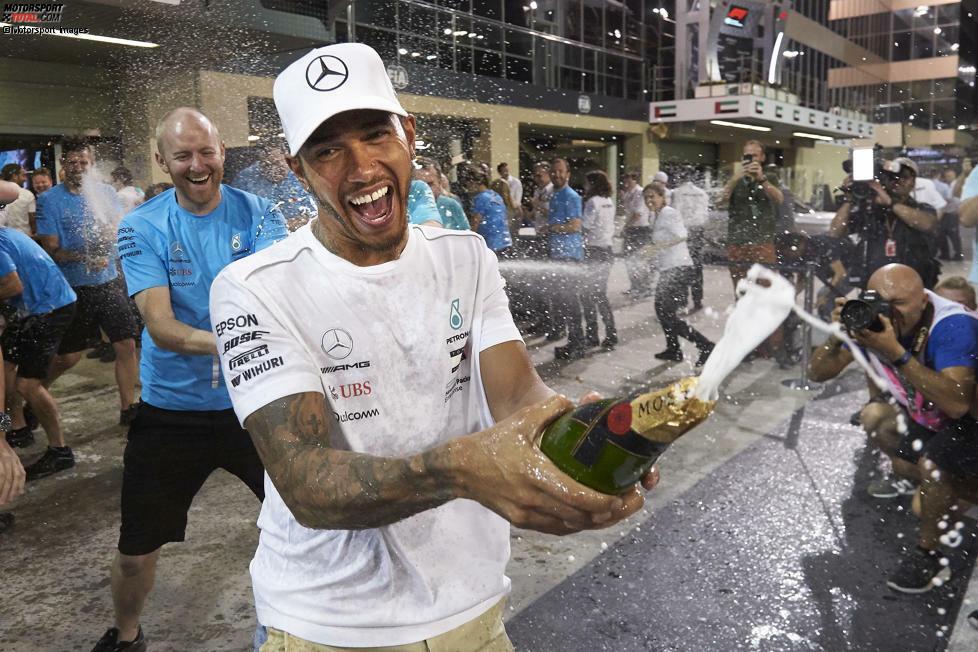 Formel 1: Lewis Hamilton - Jetzt hat er mit Juan Manuel Fangio gleichgezogen. Das ganze Jahr über liefert sich der Brite ein Duell mit Sebastian Vettel. Als der Deutsche und Ferrari schwächeln, ist Hamilton zur Stelle und schnappt sich souverän seinen fünften Formel-1-Titel.
