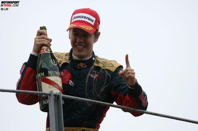 Als Sebastian Vettel über das Wasser ging: 2008 in Monza gelang dem Deutschen im Regen ein Überraschungssieg für Toro Rosso, was ihn zum jüngsten Formel-1-Sieger aller Zeiten machte! Wir zeigen die Bilder-Höhepunkte von damals inklusive Podium!
