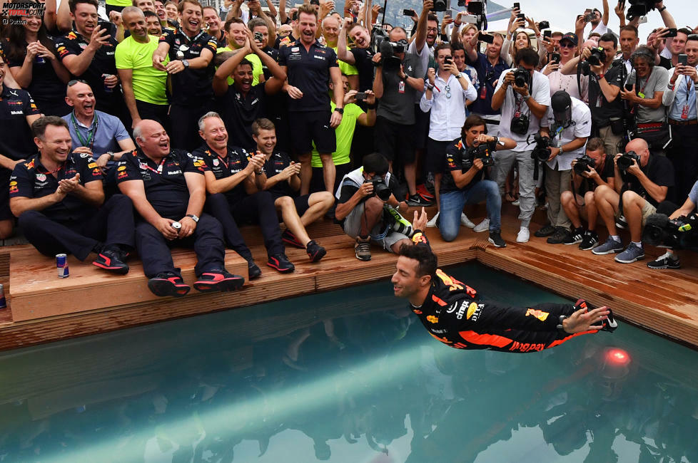 Es ist schon Tradition so: Gewinnst du als Red-Bull-Fahrer in Monaco, musst du in den Swimmingpool der Energy-Station! Daniel Ricciardo springt ...