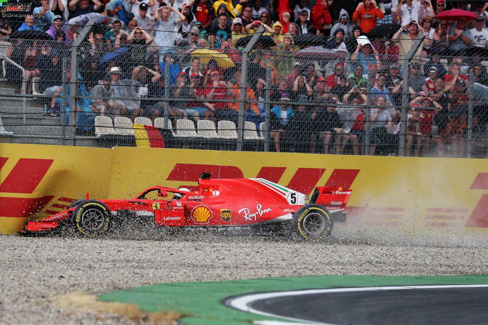 10: Es war sicher keiner der spektakulärsten Crashes, aber vielleicht der wichtigste: Sebastian Vettel verschätzt sich auf nasser Strecke in der Sachs-Kurve in Hockenheim.