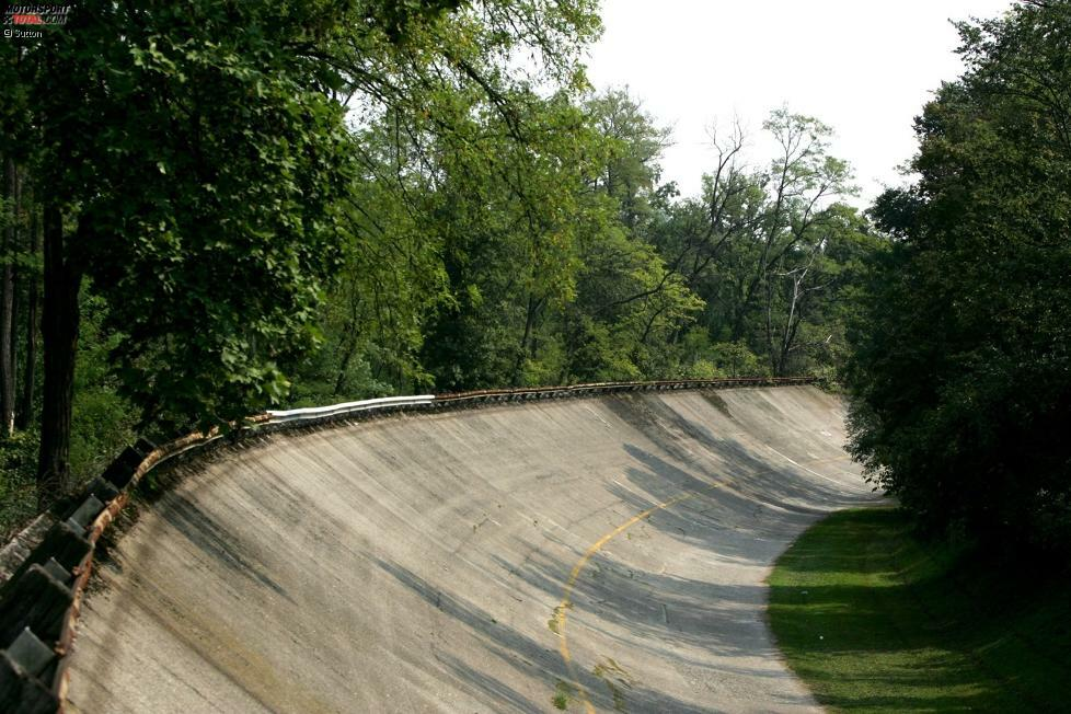 Die legendären Steilkurven von Monza: Zwischen 1955 und 1961 fuhr die Formel 1 insgesamt vier Mal auf der 10-Kilometer-Variante mit zwei Steilkurven. Hier ist unsere Bilder-Zeitreise durch die Historie dieser Passagen und was heute davon übrig ist!