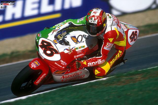 Imola 1998: Valentino Rossi fährt sein erstes Jahr in der 250er-Klasse und geht bei seinem Heimrennen in Imola mit patriotischer Lackierung an den Start ...