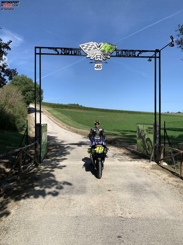 Los ging die Fahrt an der MotoRanch unweit des Heimatorts Tavullia. Rossi posiert für ein Foto, bevor es in Richtung Tavullia Zentrum geht.