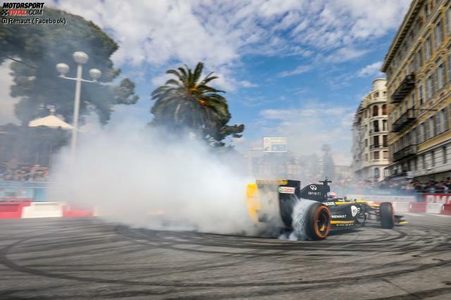 Daniel Ricciardo begeistert am Steuer eines E20 die französischen Fans in Nizza. Der Event ist Teil der Roadshow, die Renault vor dem Frankreich-GP abhält. Klick dich durch die schönsten Bilder aus Nizza!