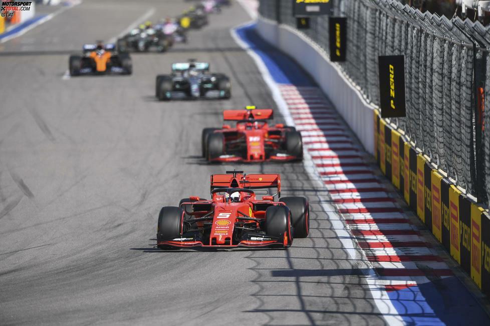Ferrari sorgte in Sotschi 2019 für heftige Diskussionen, als man Sebastian Vettel anwies, Charles Leclerc die Führung zu überlassen. Der Deutsche widersetzte sich, und Ferrari drehte die Positionen später an der Box. In der Geschichte der Formel 1 nicht das erste Mal, dass eine Stallregie für Schlagzeilen sorgte ...