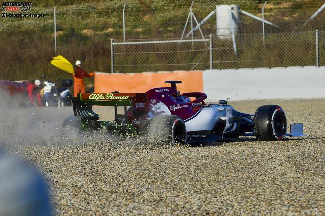 Endstation Kiesbett: Ex-Champion Kimi Räikkönen sorgte im Alfa Romeo C38 gleich zu Beginn der Wintertests 2019 für den ersten Zwischenfall, indem er rückwärts von der Strecke kreiselte. Hier ist der komplette Abflug in Bildern!