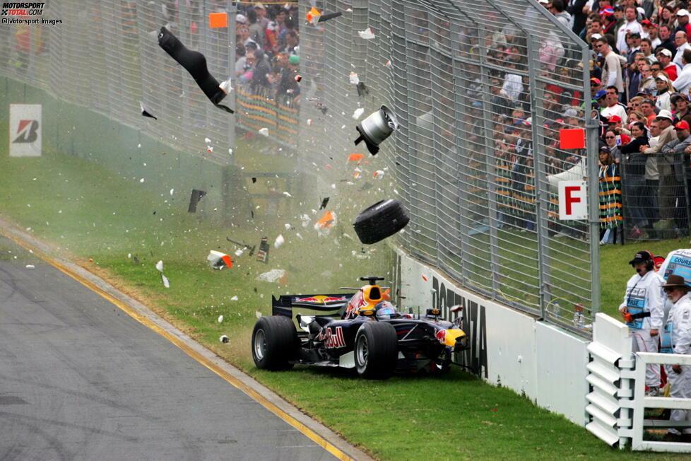 #9 Christian Klien 2006: Der Red Bull von Christian Klien bricht am Bremspunkt plötzlich nach links aus und rast in die Mauer. An dieser entlang schlittert der Österreicher noch durch ein Styroporschild, bevor er schließlich an den Reifenstapeln zum Stehen kommt.