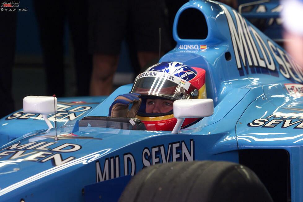Im Dezember 2000 absolvierte Fernando Alonso in Barcelona seinen ersten Formel-1-Test für Benetton-Renault. 20 Jahre später bereitete er sich auf derselben Strecke mit demselben Team auf sein Comeback 2021 vor. Was sich in der Königsklasse seit seiner ersten Ausfahrt verändert hat, wollen wir in dieser Fotostrecke beleuchten!