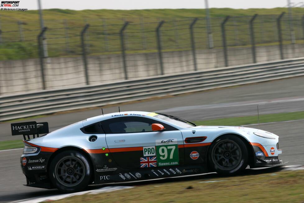Das Abenteuer von Aston Martin Racing in der WEC beginnt 2012. In der ersten Saison kommt ein einzelner V8 Vantage zum Einsatz. Beim Saisonfinale in Schanghai gelingt Stefan Mücke und Darren Turner der erste Sieg. Die hellblaue Lackierung im Gulf-Design sollte für die nächsten Jahre Markenzeichen von AMR sein