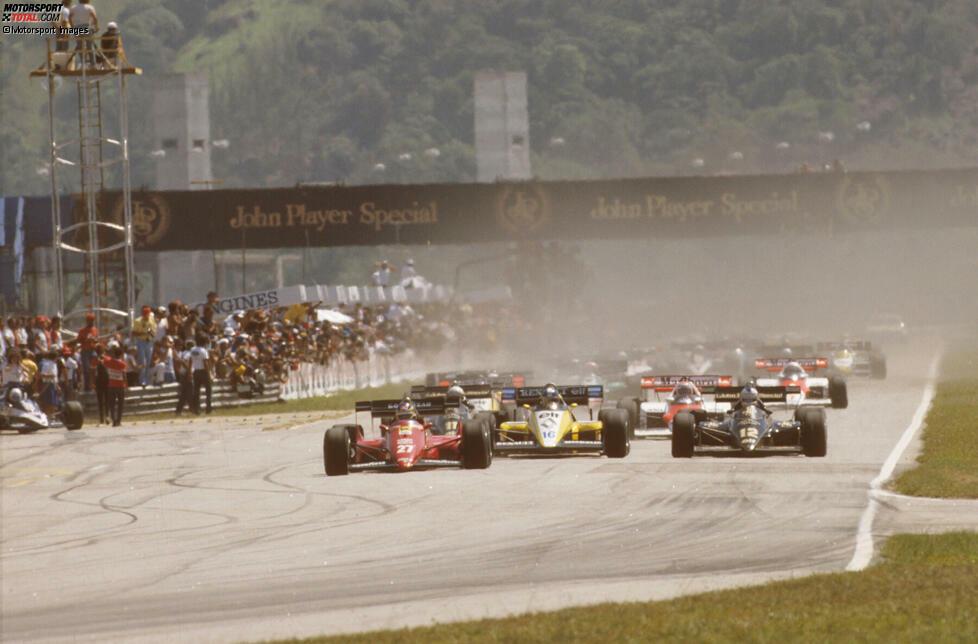 Das Rennen muss insgesamt dreimal neu gestartet werden. Der erste Versuch wird wegen eines Stromausfalls abgebrochen. Der zweite, weil Andrea de Cesaris stehen bleibt und die Startaufstellung blockiert. Erst der dritte klappt.