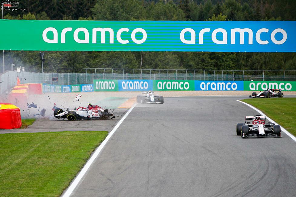 Alfa-Romeo-Fahrer Antonio Giovinazzi fliegt ab beim Belgien-Grand-Prix. Und kurz darauf wird auch Williams-Fahrer George Russell in den Zwischenfall verwickelt. Beide bleiben unverletzt. Der gesamte Unfall als Fotostrecke!