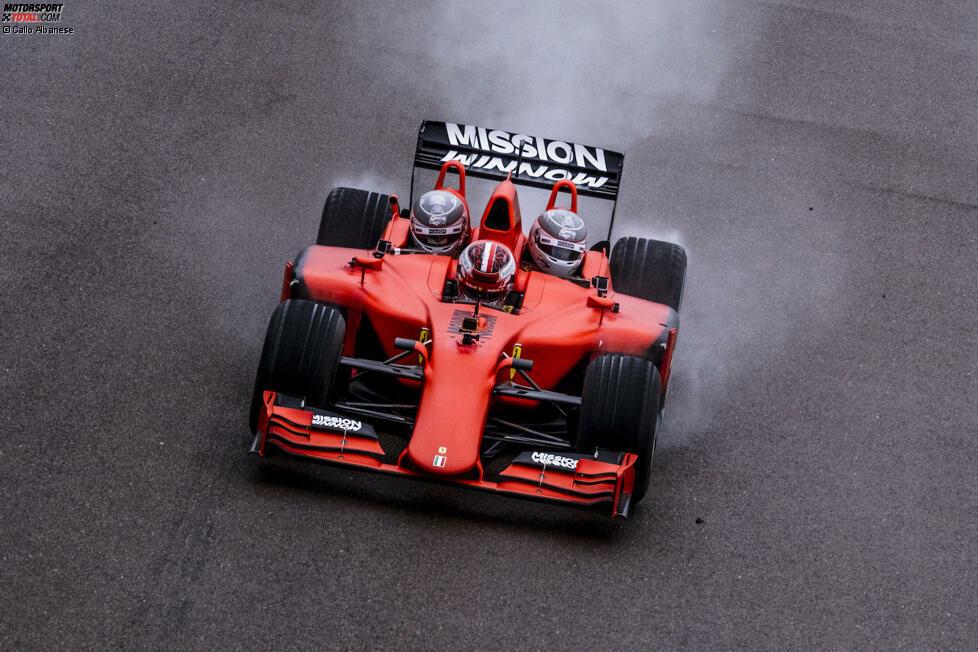 Formel-1-Fahrer Charles Leclerc und zwei (!) Passagiere unterwegs in einem ungewöhnlichen Rennwagen: Es ist der Ferrari-Dreisitzer, mit dem ausgewählte Gäste Formel-1-Luft schnuppern können - auf der Ferrari-Hausstrecke in Fiorano. Hier sind aktuelle Bilder vom jüngsten Dreisitzer-Event!
