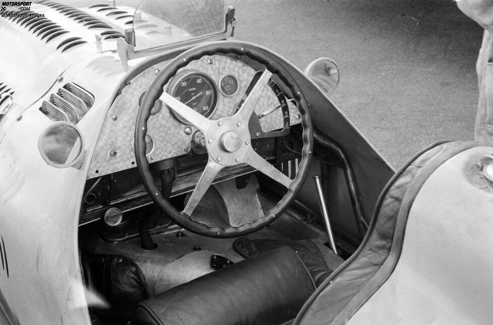 Ein schlichtes Stück Holz auf einem Metallrahmen, im Idealfall noch mit Leder verkleidet: Mit einem solchen Lenkrad sind die Fahrer in den 1950er-Jahren in die ersten WM-Läufe der Formel-1-Geschichte gestartet. In dieser Fotostrecke zeigen wir, wie sich die Lenkräder von einst zu Hightech-Spielzeugen entwickelt haben!