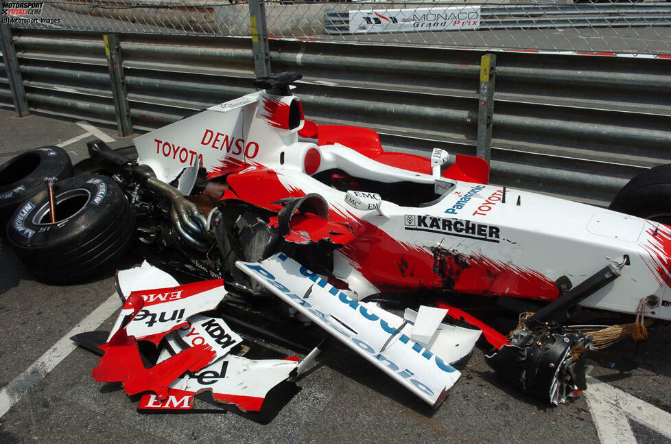 Zunächst nicht mit Ralf Schumacher, der im Qualifying crasht. Er muss von ganz hinten starten, zeigt am Sonntag aber zumindest noch eine beeindruckende Aufholjagd und wird Sechster.