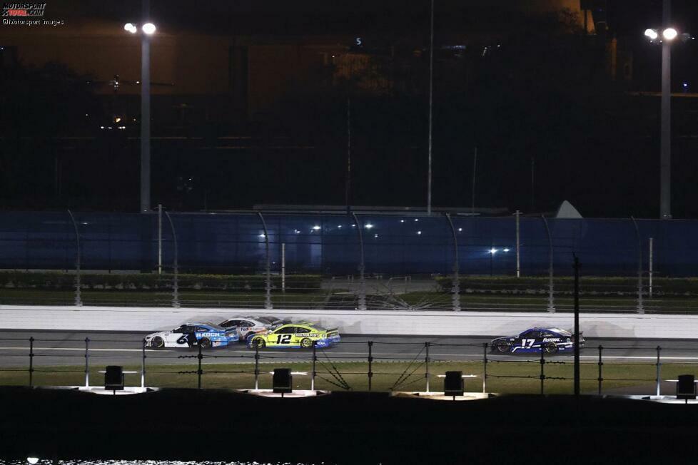 Auf der Gegengerade - eine halbe Runde vor Schluss - schiebt Blaney im gelben #12 Penske-Ford den hellblau/weißen #6 Roush-Ford von Newman an Hamlin vorbei in Führung.