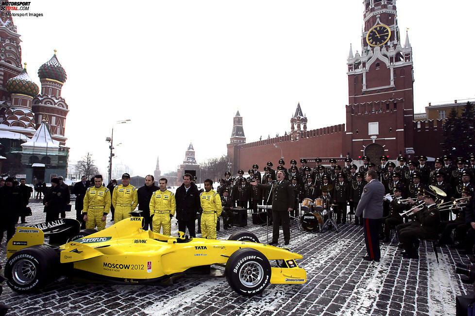 Jordan 2005: Der EJ15 wird auf dem geschichtsträchtigen Roten Platz in Moskau bei wenigen Grad unter Null präsentiert. Vor dem Kreml posieren Tiago Monteiro und Narain Karthikeyan zu den Klängen einer Militärkapelle. Hintergrund: Das Team wurde kurz davor vom russisch-kanadischen Investor Alex Shnaider und dessen Midland-Gruppe gekauft.