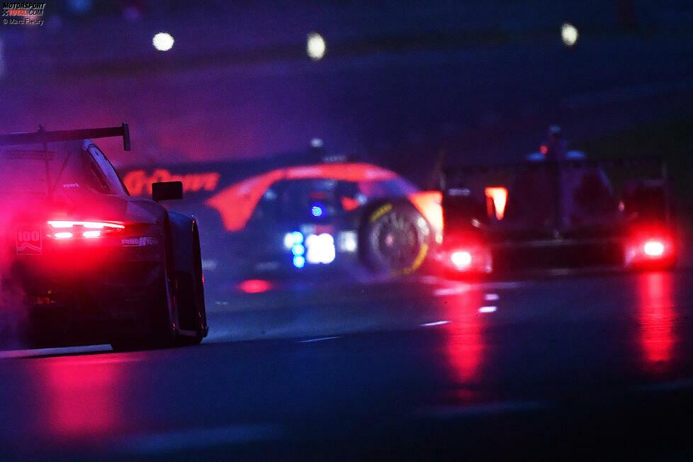 Chaotische Szenen bei den 24h Le Mans 2021: Vor einer Slow Zone dreht sich Franco Colapinto im G-Drive-Aurus #26 (Russinow/Colapinto/de Vries) von der Strecke, direkt daneben fährt Sophia Flörsch im Signatech-Oreca #1 (Calderon/Flörsch/Vissser).