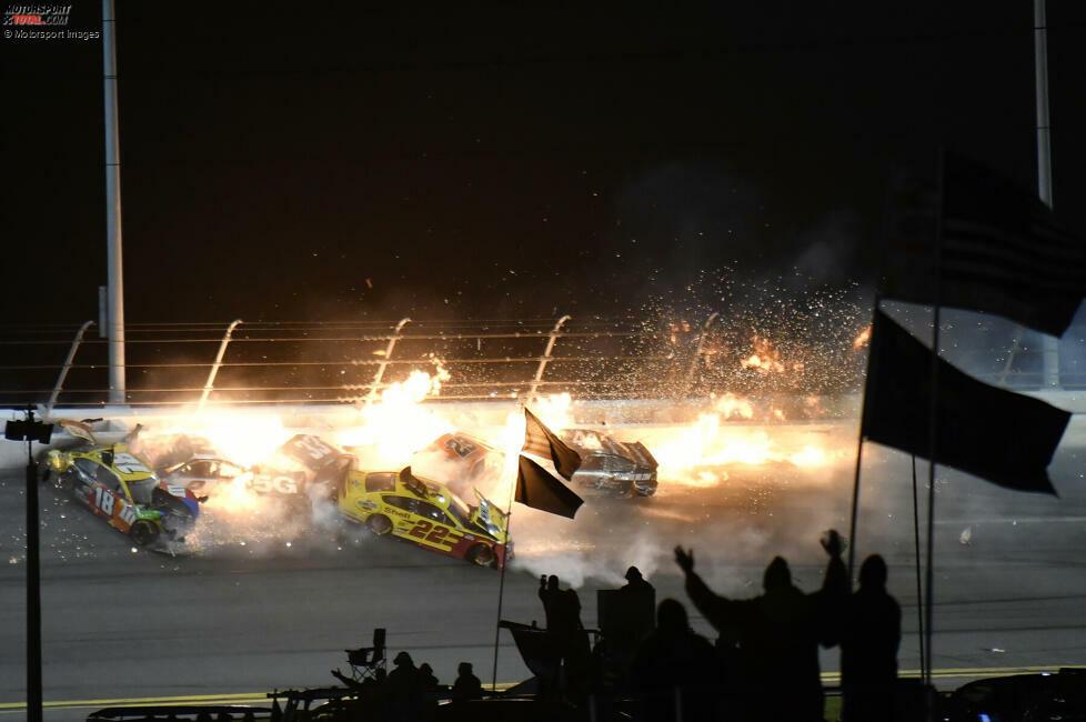 Eine Kollision zwischen Michael McDowell, Brad Keselowski und Joey Logano löst in der letzten Runde des Daytona 500 einen Massencrash aus - der glücklicherweise für alle Beteiligten glimpflich endet.
