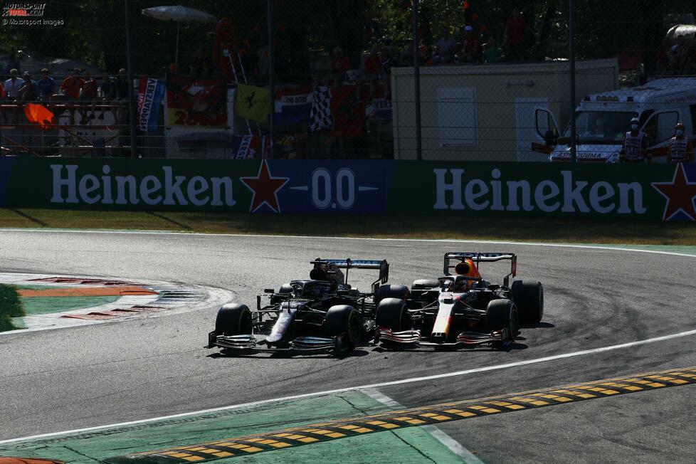Runde 26 im Italien-Grand-Prix 2021 in Monza: Mercedes-Fahrer Lewis Hamilton kommt aus der Box, Red-Bull-Fahrer Max Verstappen von hinten an - und beide fahren Seite an Seite in Kurve 1. Was dann passiert, zeigen wir hier, Bild für Bild!