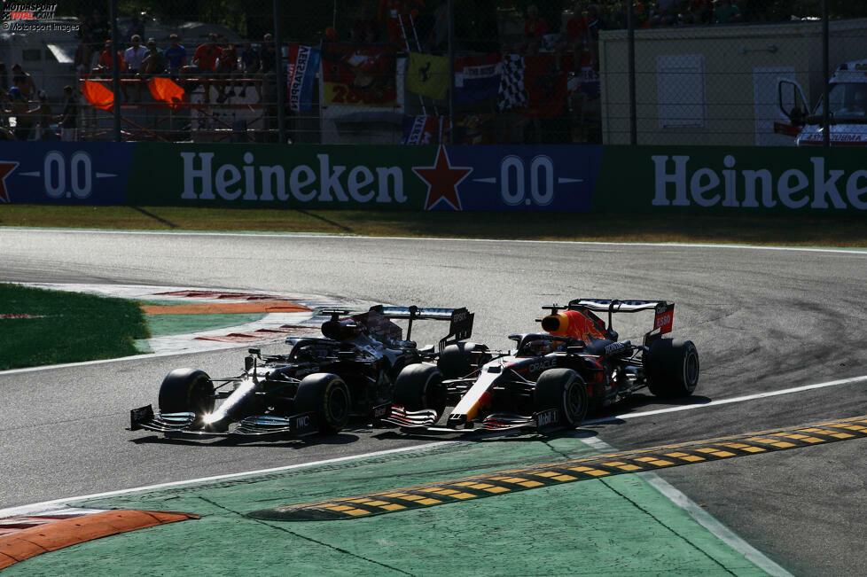 Hamilton lässt sich nach außen treiben, Verstappen geht auf der Innenseite der Platz aus und ...