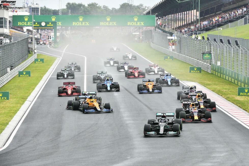 Beim Start zum Großen Preis von Ungarn geht es heiß her! Nach einem schlechten Start verpasst Valtteri Bottas den Bremspunkt für Kurve 1 und rauscht ins Heck von Lando Norris, der sein Auto aus der Kontrolle verliert.