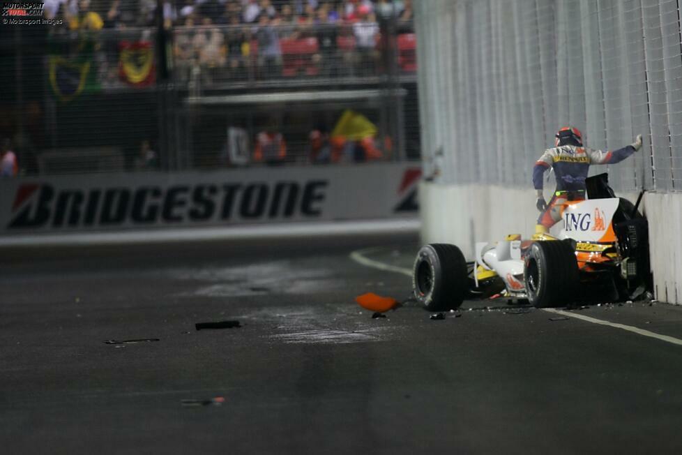Singapur 2008: Es kommt auch nicht oft vor, dass ein Formel-1-Pilot mit voller Absicht verunfallt. So geschehen bei der Premiere des Nachtrennens, als Nelson Piquet jun. seinen Renault in die Mauer stellte. Später wurde die Affäre unter dem Namen