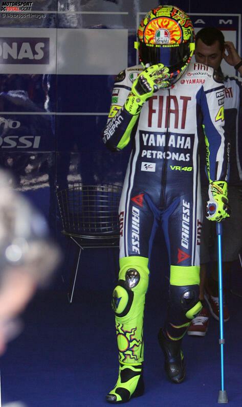 Ausgerechnet beim Heim-Grand-Prix in Mugello 2010 bricht sich Valentino Rossi das rechte Schienbein, als er im Training stürzt. Obwohl er zweimal operiert werden muss, sitzt er nur 32 Tage nach dem Unfall bei einem privaten Test in Misano wieder auf dem Motorrad.