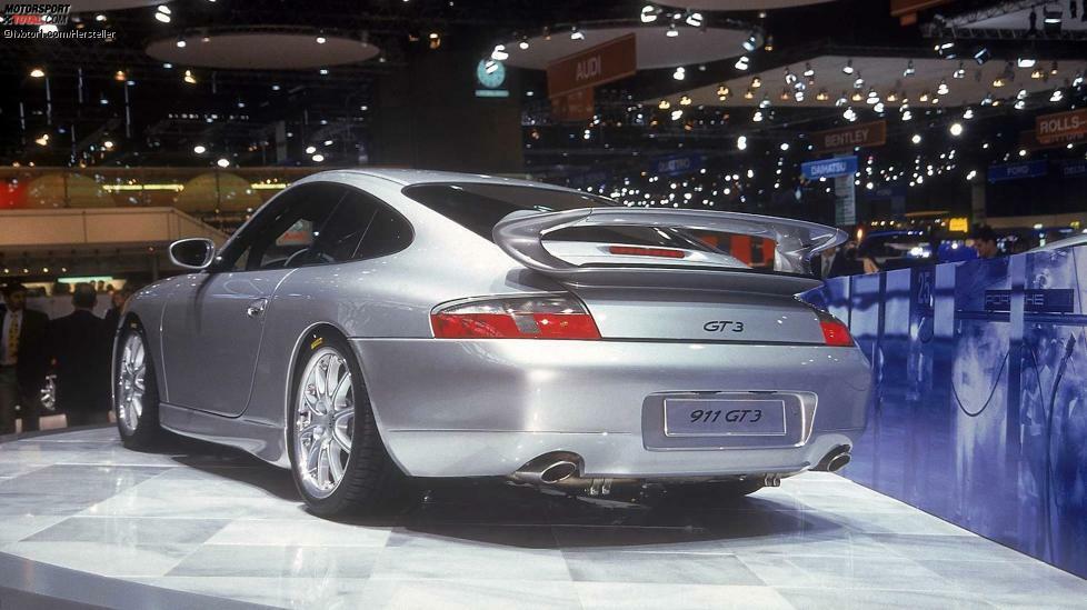 Auf dem Genfer Autosalon im März 1999 stellte Porsche den ersten 911 GT3 vor. Er galt als geistiger Erbe des Carrera 2.7 RS aus den 1970ern. Damals wie heute top: Die Literleistung von 100 PS. Der erstmals in einem Sportmodell wassergekühlte 3,6-Liter-Sauger brachte es auf 360 PS und 370 Nm, drehte maximal 7.800 U/min. Der Grundpreis des ersten GT3 betrug 179.500 D-Mark. 1.868 Exemplare wurden verkauft.