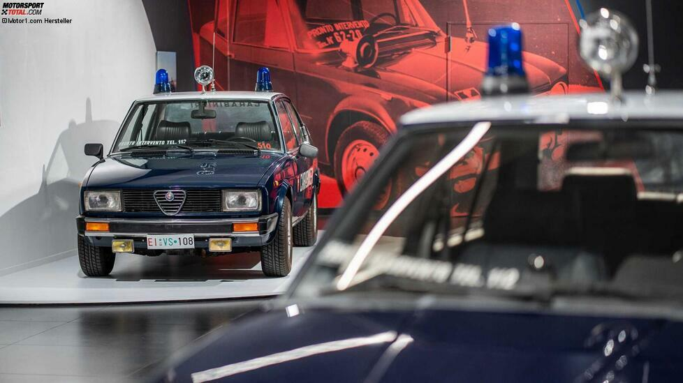 Sonderausstellung im Werksmuseum in Arese: Zum 110. Geburtstag von Alfa Romeo zeigt sich die Marke in der Uniform der Bundespolizei Italiens ...