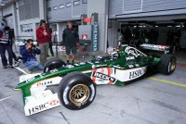 Eddie Irvine bei der Ausfahrt aus der Garage