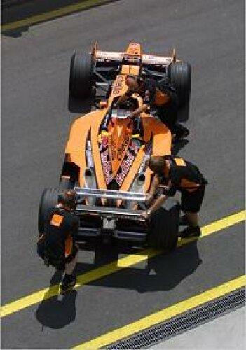 Ein Arrows-Pilot wird zurück in die Garage geschoben