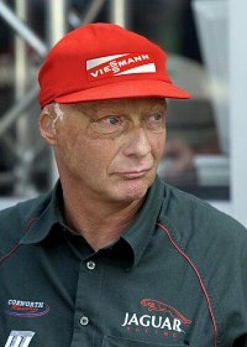 Niki Lauda (Jaguar-Teamchef) mit seiner neuen Kappe