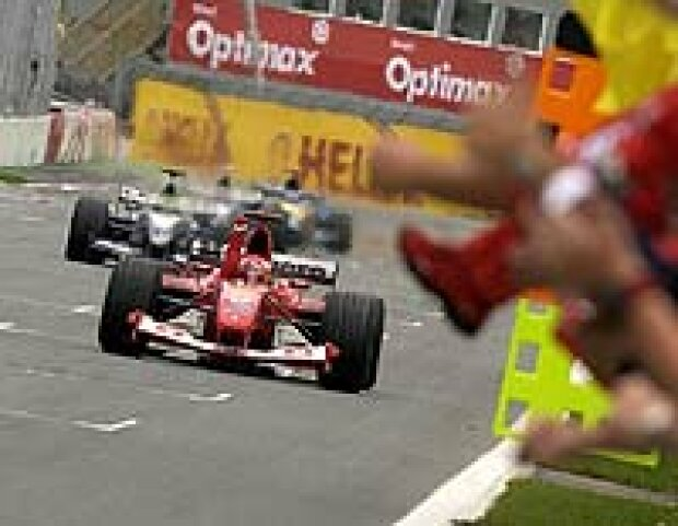 Michael Schumacher vor seinen Bruder, Montoya und Alonso