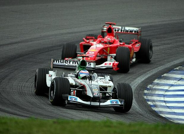 Gianmaria Bruni (Minardi-Cosworth PS04B) vor Michael Schumacher (Ferrari F2004)