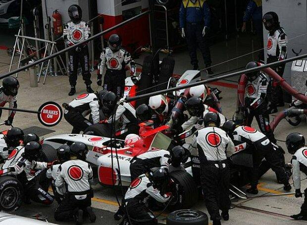 Jenson Button beim Boxenstopp