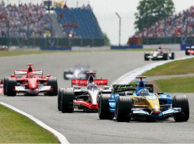 Fernando Alonso vor Kimi Räikkönen und Michael Schumacher