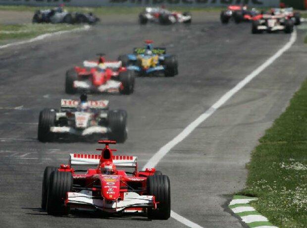 Michael Schumacher vor Jenson Button