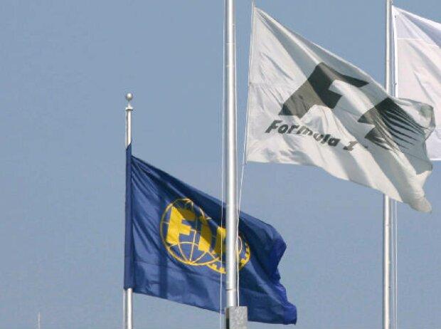 FIA- und Formel-1-Flagge