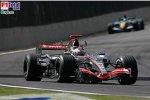 Fernando Alonso (Renault), Kimi Räikkönen (McLaren-Mercedes)